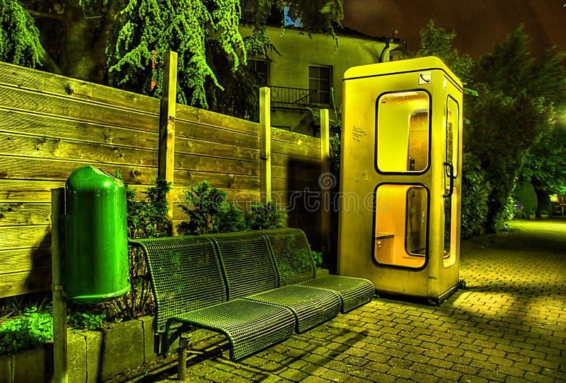 Cabine de téléphone la nuit image stock