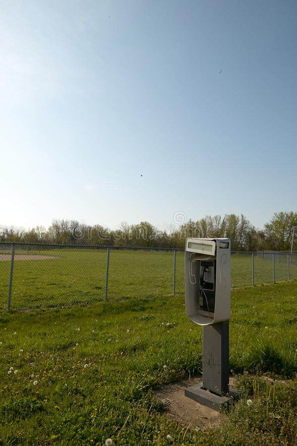 Cabine de téléphone public extérieure libre image stock