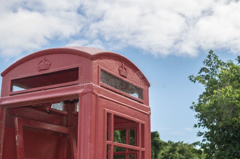 Cabine de telefone britânica vermelha do pagamento fora fotografia de stock