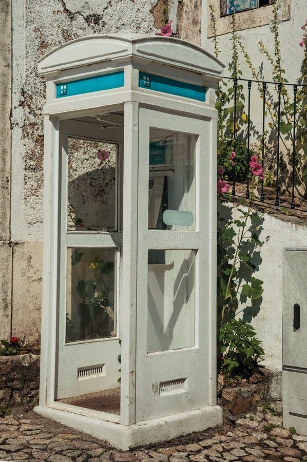 Cabine de telefone de madeira de encantamento em uma aleia da pedra imagem de stock
