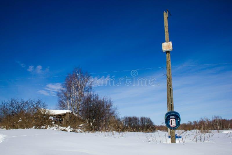 Cabine de telefone na vila no inverno Paisagem de inverno Village life in the Russian Outback Uma aldeia abandonada Ninguém fotografia de stock
