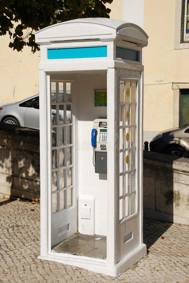 Cabine de telefone portuguesa branca em Lisboa fotografia de stock
