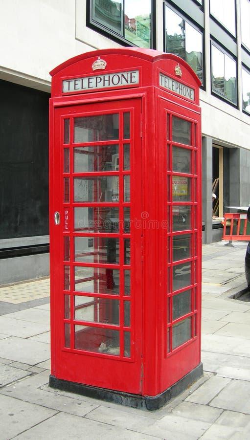 Cabine de telefone típica em Londres foto de stock