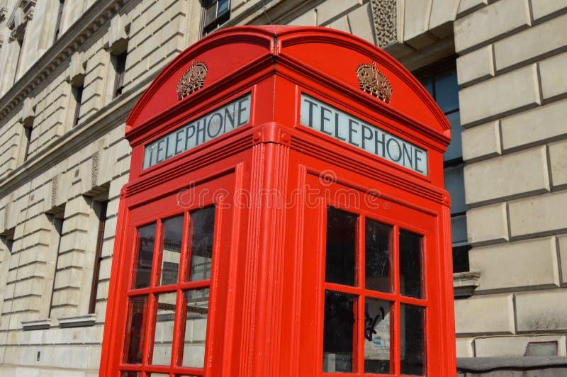 Cabine de telefone típica em Londres fotos de stock