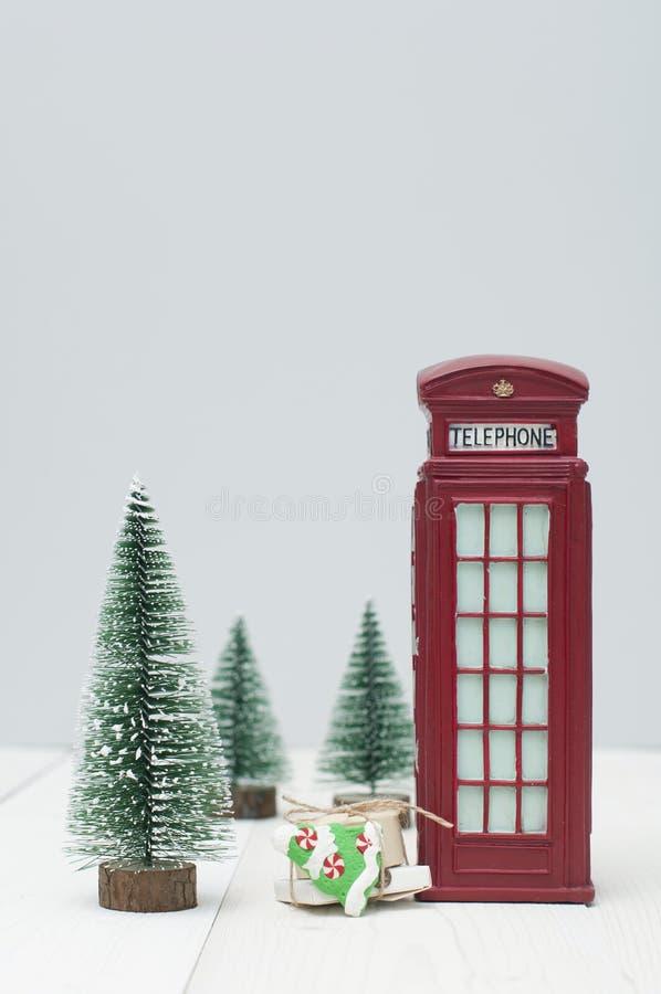 Cabine de telefone de Toy London, presentes e árvores de Natal vermelhos foto de stock