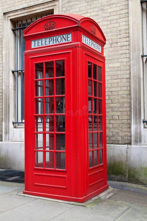 Cabine de telefone vermelha típica de Londres fotografia de stock