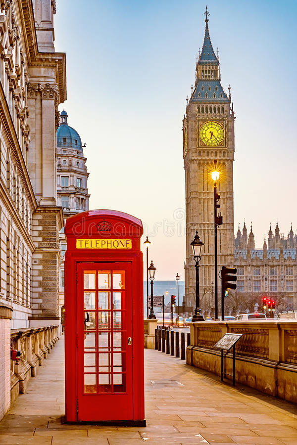 Cabine de telefone vermelha tradicional em Londres imagens de stock