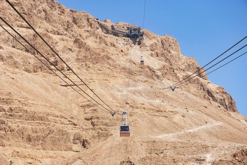 Cabine di funivia ed il percorso del serpente a Masada in Israele fotografie stock