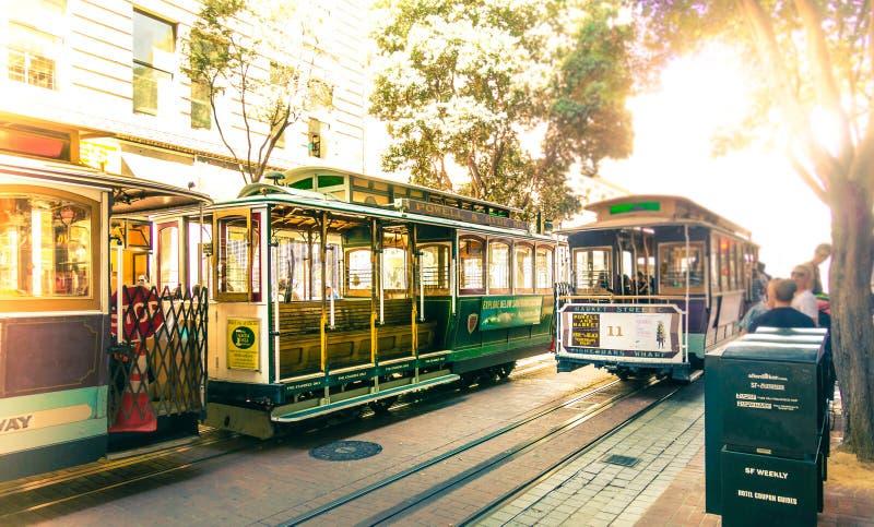 Cabine di funivia famose a Powell & alla piattaforma girevole della stazione del mercato a San Francisco, California Linea treno  immagini stock libere da diritti