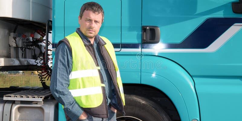 Cabine dianteira do homem do motorista do caminhão moderno grande imagem de stock