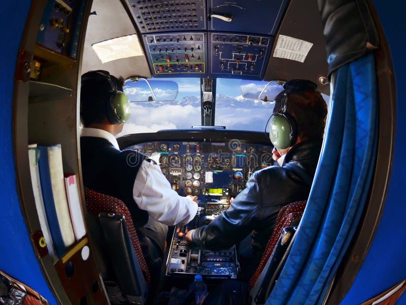 A cabine do avião comercial velho com pilotos imagens de stock