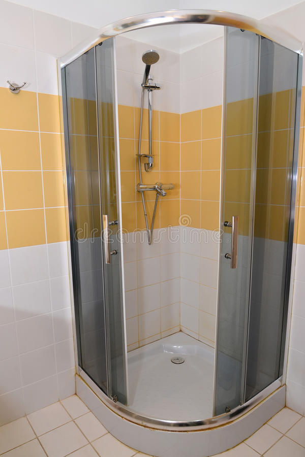 Cabine do chuveiro em um banheiro do hotel fotos de stock royalty free
