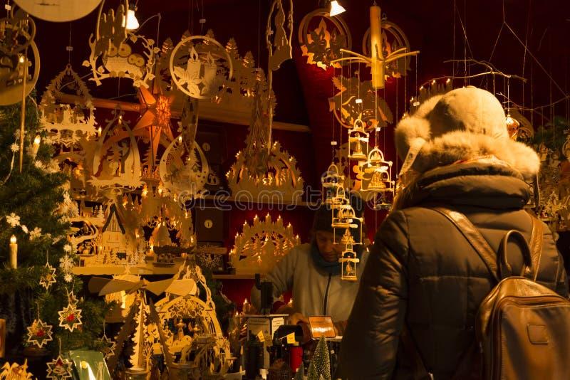 Cabine do mercado do Natal com as decorações de madeira bonitas fotografia de stock