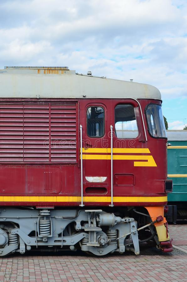Cabine do trem bonde do russo moderno Ideia lateral da cabeça do trem railway com muitas rodas e janelas sob a forma do po fotos de stock