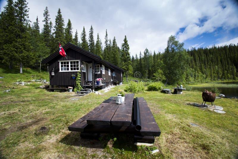 Cabine door meer in het noorden van Noorwegen stock afbeelding