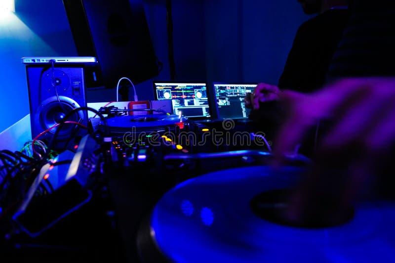 Cabine e equipamento do DJ, música do clube noturno, entusiasmo, azul, amarelo, Greem e luzes vermelhas, fotografia de stock royalty free