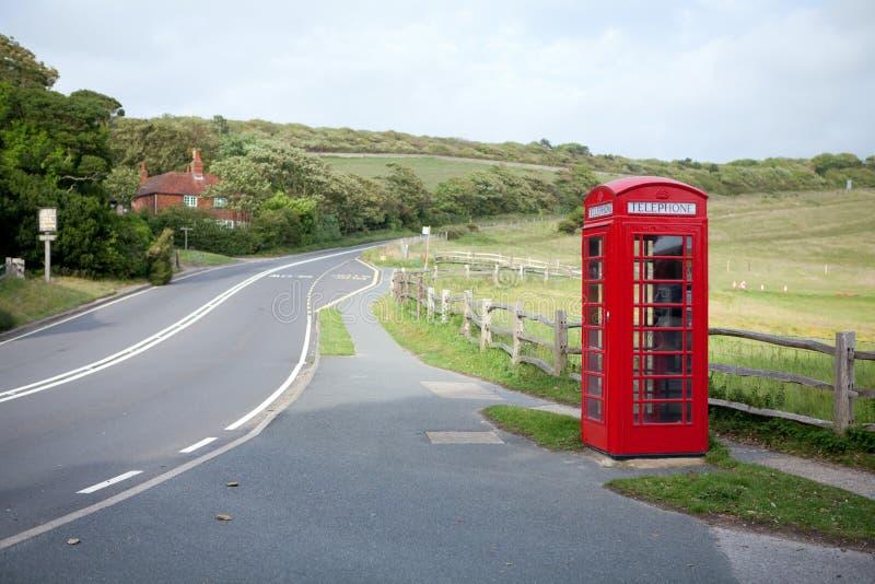 Cabine e estrada de telefone em montes foto de stock royalty free