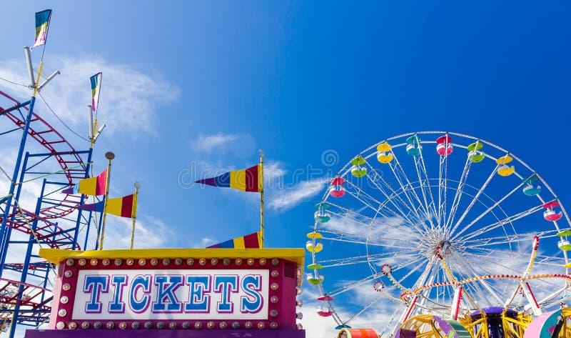 Cabine e passeios de bilhete em um carnaval contra o céu azul imagens de stock