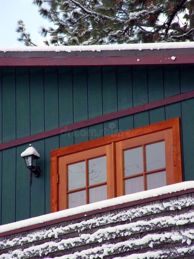 Cabine in een sneeuwhout stock afbeeldingen