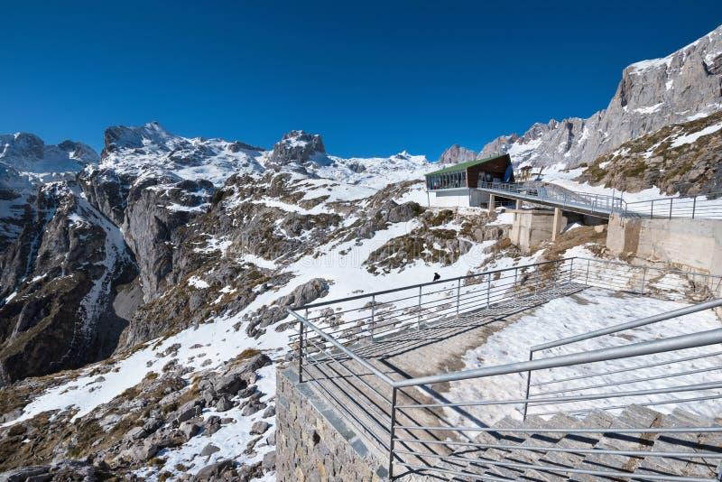 Cabine em montanhas de Picos de Europa, as Astúrias da montanha, Espanha imagens de stock