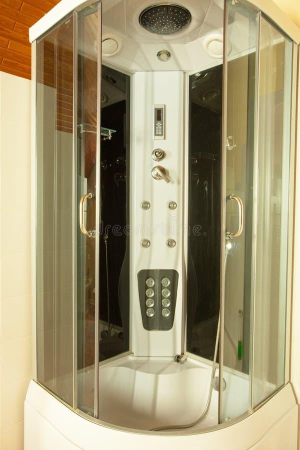Cabine grande moderna do chuveiro no canto do banheiro fotos de stock royalty free