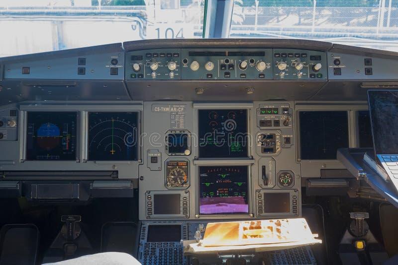 Cabine interna do piloto do avião foto de stock