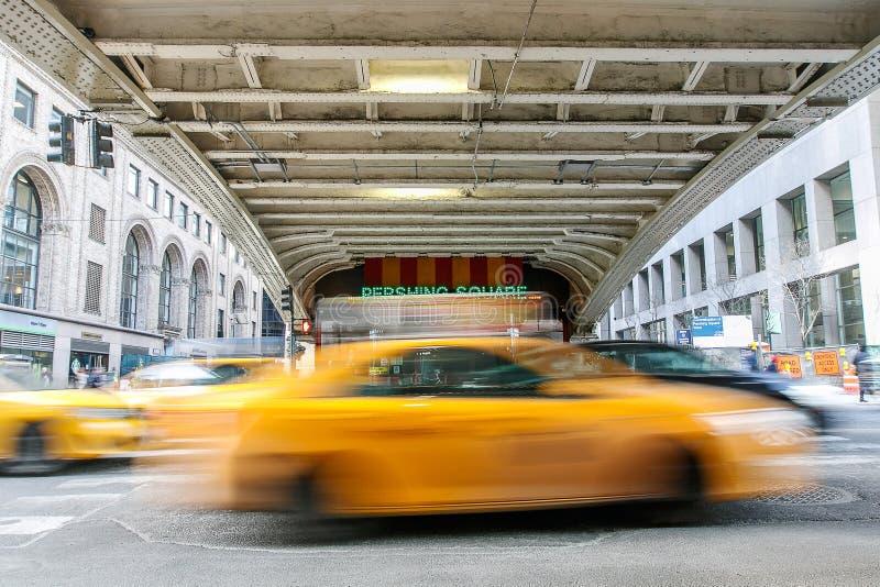 Cabine jaune brouillée à la place de Pershing photographie stock