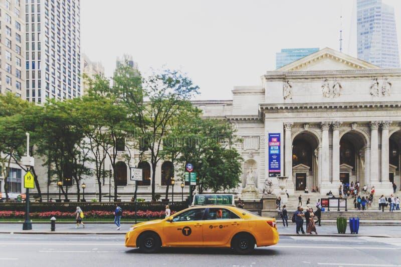 Cabine jaune passying par devant Bryant Park et le nouveau Y photographie stock