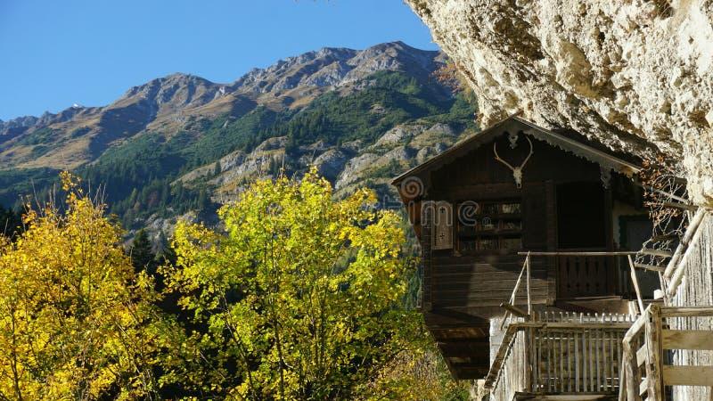 Cabine nas montanhas imagem de stock