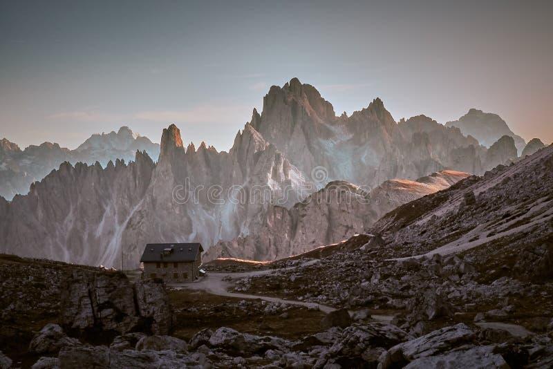 Cabine nas montanhas de Dolomiti imagem de stock