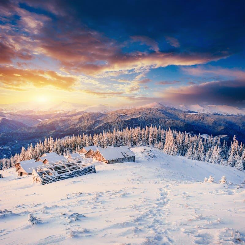 Cabine nas montanhas no inverno imagens de stock
