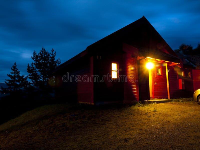 Cabine norvégienne dans la montagne image stock