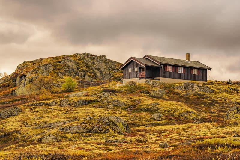 Cabine op heuvel in het Nationale Park van Hardangervidda, Noorwegen royalty-vrije stock afbeelding