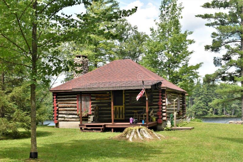 Cabine op Leonard Pond, Colton, St Lawrence County, New York, Verenigde Staten ny De V.S. De V.S. stock foto