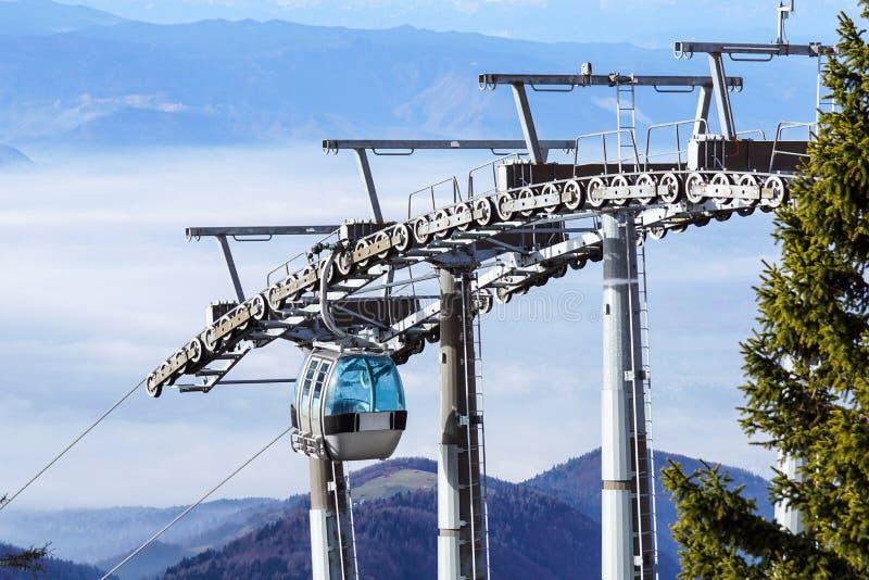 A cabine ou o carro do cabo do elevador de esqui, o Ropeway e o cabo aéreo transportam o sistem para esquiadores com névoa no fun fotos de stock