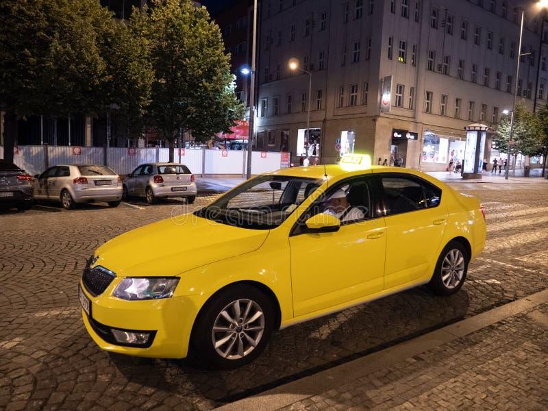 Cabine ou taxi jaune sur Wenceslas Square la nuit à Prague image stock