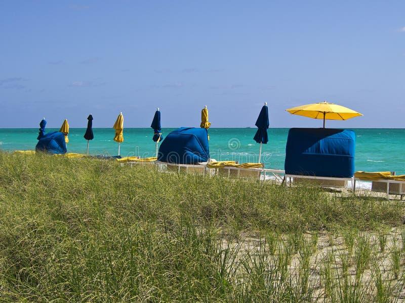 Cabine pacifiche della spiaggia fotografia stock