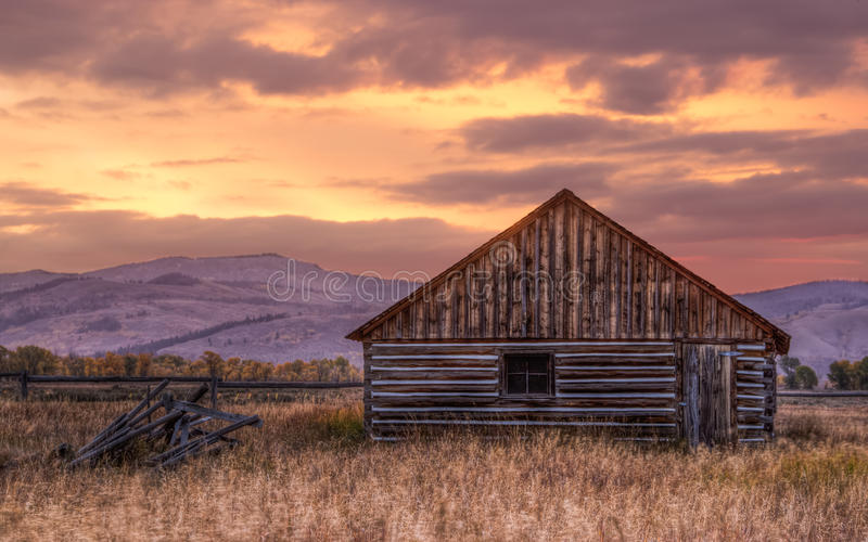 Cabine perto de Jackson Wyoming no nascer do sol imagens de stock