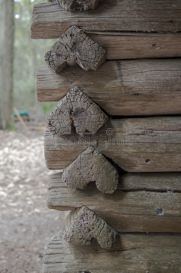 Cabine rústica com logs dados forma coração fotos de stock