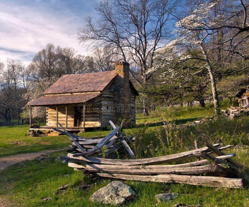 Cabine rústica da montanha de Shenandoah no por do sol fotografia de stock royalty free