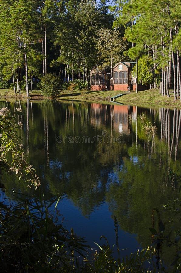 Cabine rustiche del lago dalla baia immagini stock