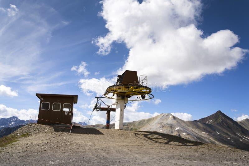 Cabine sobre o cabo aéreo em montanhas dos cumes, Livigno Itália imagens de stock