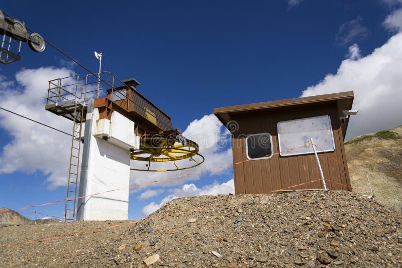 Cabine sobre o cabo aéreo em montanhas dos cumes, Livigno Itália imagem de stock royalty free