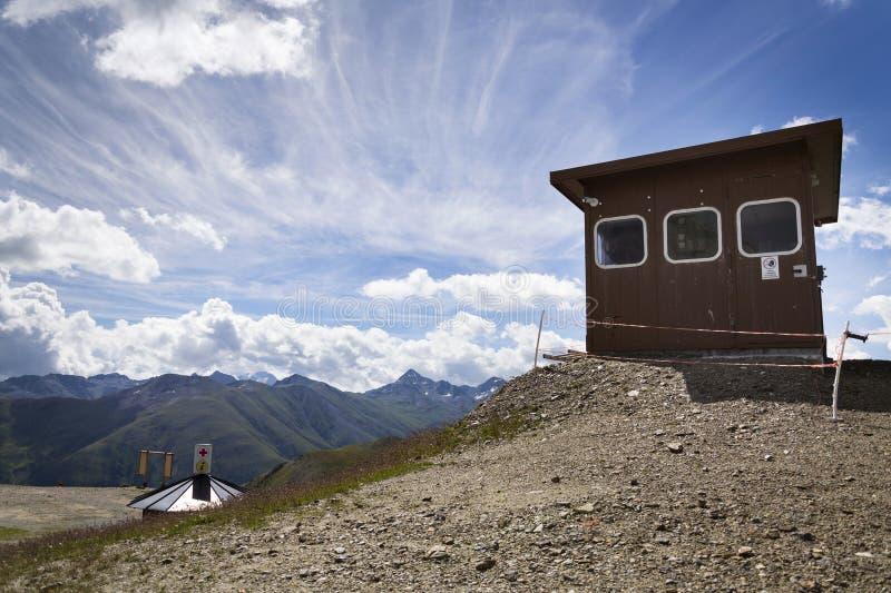 Cabine sobre o cabo aéreo em montanhas dos cumes, Livigno Itália imagem de stock