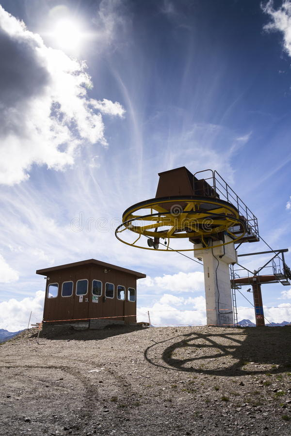Cabine sobre o cabo aéreo em montanhas dos cumes, Livigno Itália foto de stock royalty free