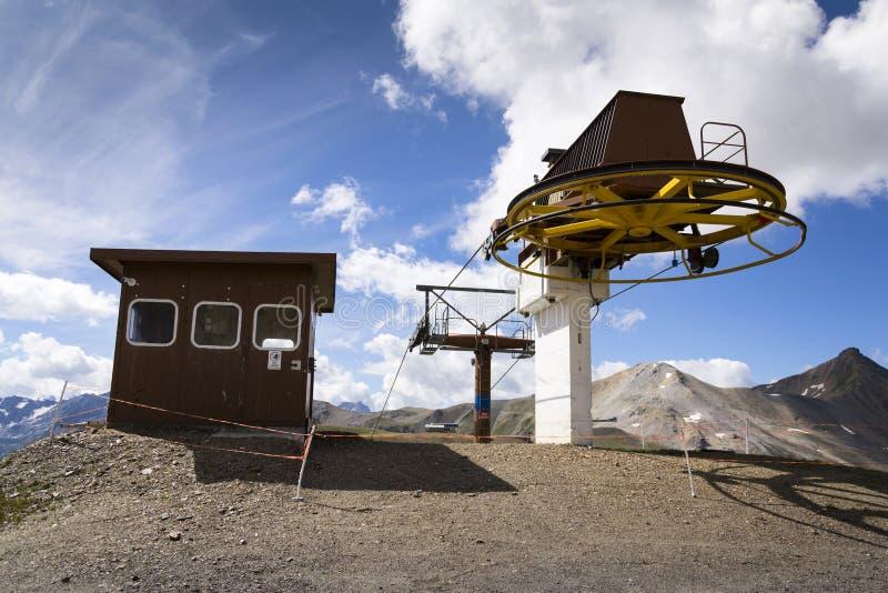 Cabine sobre o cabo aéreo em montanhas dos cumes, Livigno Itália fotografia de stock royalty free