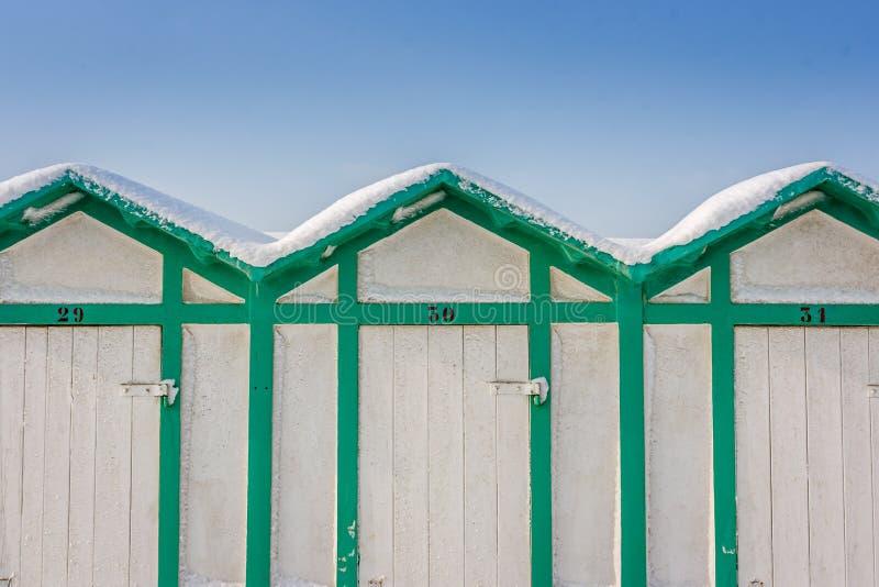 ` Cabine ` Strandhutten in sneeuw in Riccione, Emilia Romagna, Italië worden behandeld dat stock afbeelding