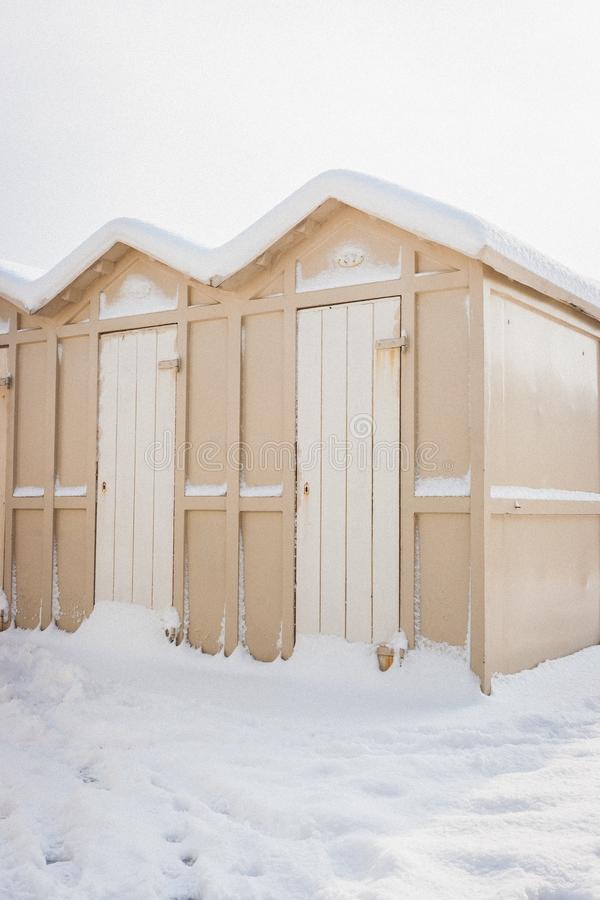 ` Cabine ` Strandhutten in sneeuw in Riccione, Emilia Romagna, Italië worden behandeld dat royalty-vrije stock fotografie
