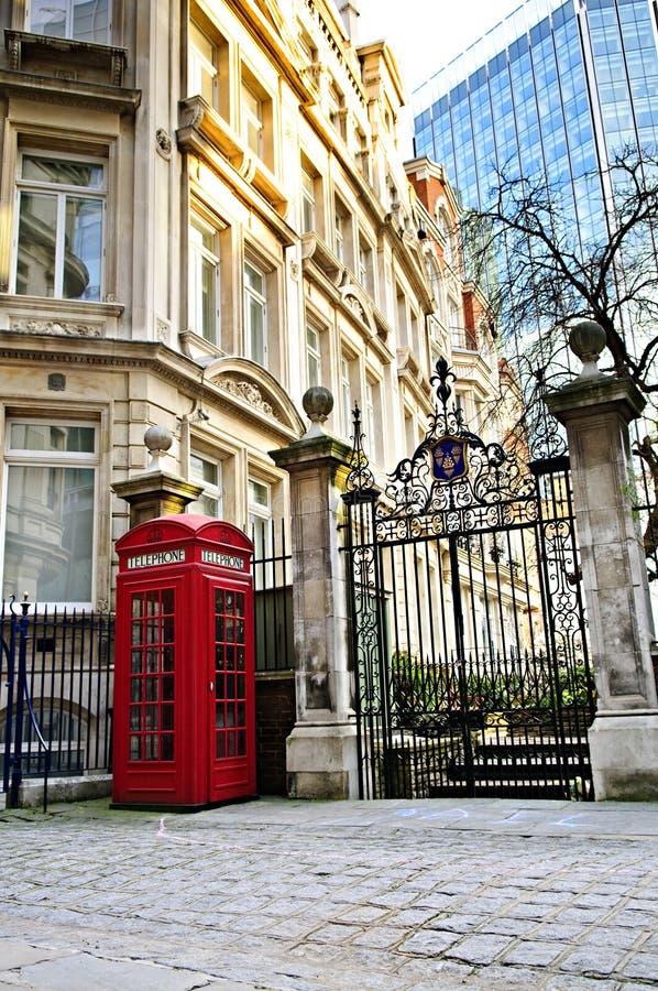 Cabine téléphonique à Londres images libres de droits