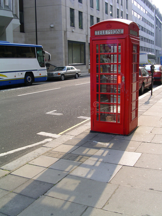 Cabine téléphonique anglaise images libres de droits